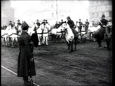 vídeos de stock e filmes b-roll de military parade on red square crowd cheering joseph stalin looking at parade / moscow russia - 1919
