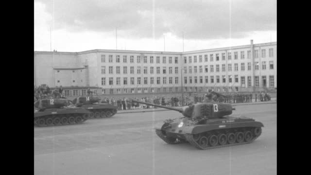vidéos et rushes de vs military parade with jeep tanks going past reviewing stand where general lawton collins chief of staff of the army ground forces stands / ms jeeps... - général grade militaire
