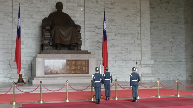 stockvideo's en b-roll-footage met military performance at the chiang kaishek memorial in taiwan - chiang kai shek