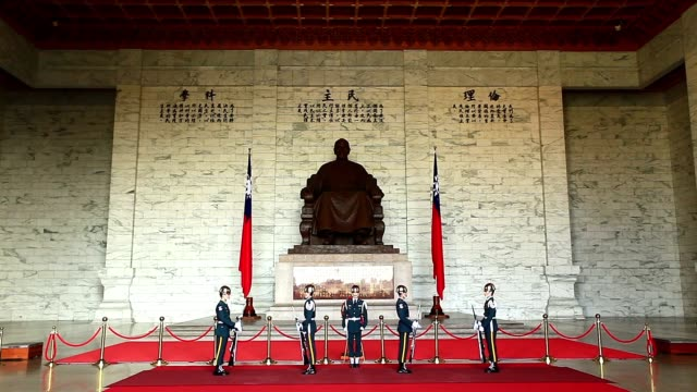 stockvideo's en b-roll-footage met military performance at the chiang kai-shek memorial - chiang kai shek