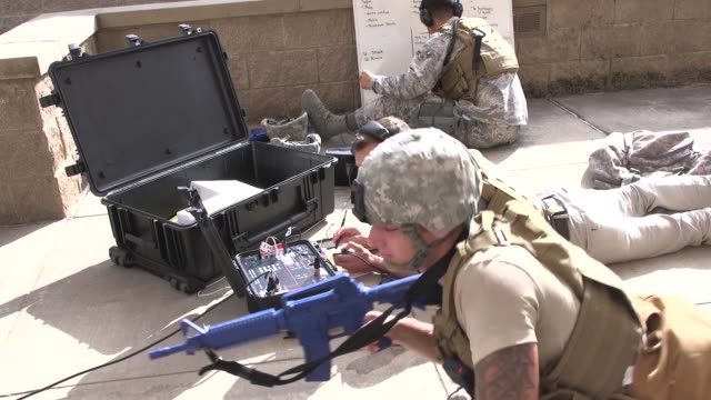 us military personnel conduct an activeshooter exercise laughlin air force base texas july 22 2019 - 銃撃事件点の映像素材/bロール
