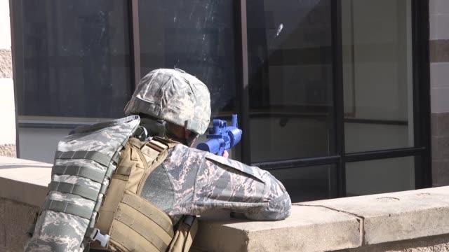 vidéos et rushes de us military personnel conduct an activeshooter exercise laughlin air force base texas july 22 2019 - officier grade militaire