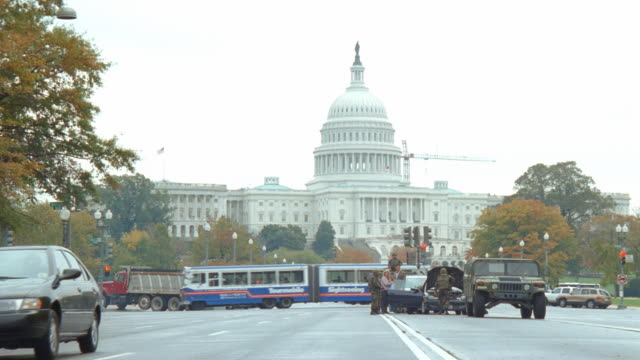 vidéos et rushes de military personnel inspect a vehicle in front of the us capitol building. - le capitole
