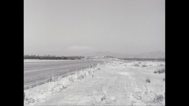 vidéos et rushes de ws pan military plane landing on runway / united states - avion militaire