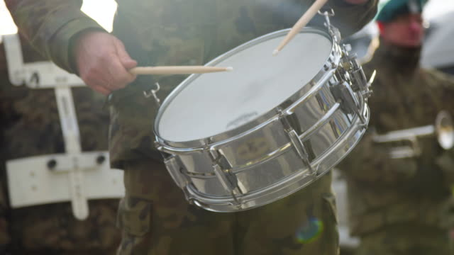 vídeos de stock e filmes b-roll de military playing drums - audio available - patriotismo