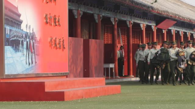 vidéos et rushes de military police stationed behind the tiananmen gate - porte de la paix céleste