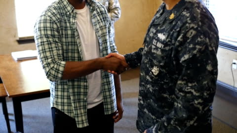 stockvideo's en b-roll-footage met militaire recruiter in gesprek met jonge african american man - military recruit