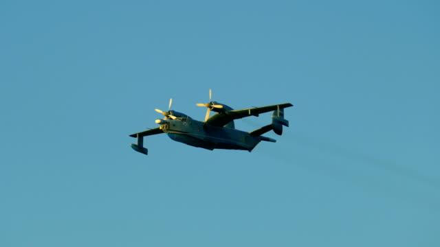 空に軍用水上飛行機 - 水上飛行機点の映像素材/bロール
