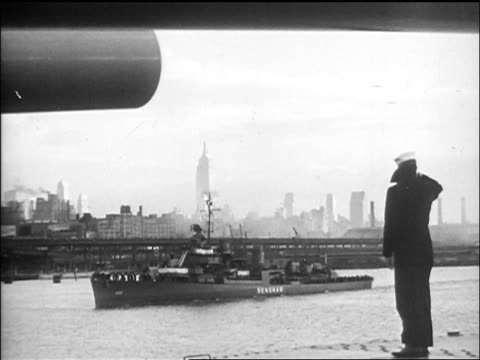 vidéos et rushes de b/w 1945 military ship on hudson river with nyc skyline in background / sailor salutes in foreground / newsreel - marinière