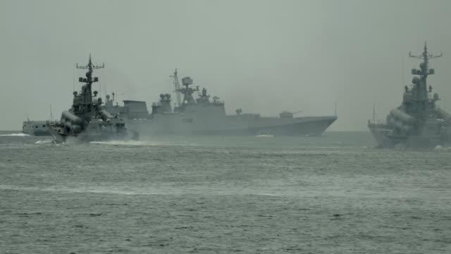 militärische schiffe auf militärische übungen im meer - schlachtschiff stock-videos und b-roll-filmmaterial