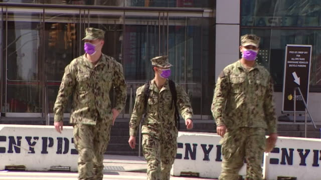 military soldiers wearing face masks on street in new york city during coronavirus crisis - us militär stock-videos und b-roll-filmmaterial