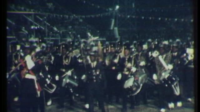 vidéos et rushes de robert mugabe profile t18048015 / tx zimbabwe harare military band marching at independence ceremony - indépendance