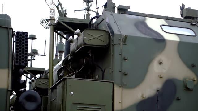 vídeos de stock, filmes e b-roll de veículo militar, equipado com radar - à prova de balas