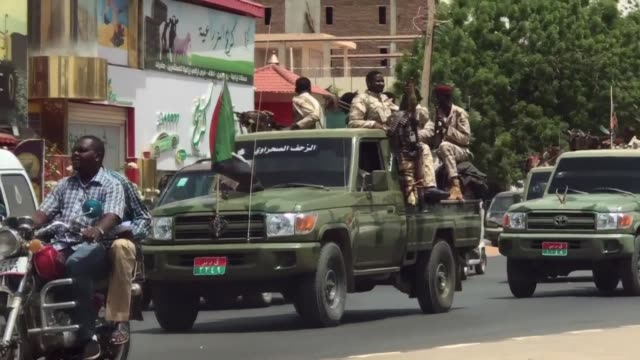vídeos de stock, filmes e b-roll de military vehicles are seen driving in sudan's capital khartoum as shops began to reopen after demonstrators called off a nationwide civil... - sudão
