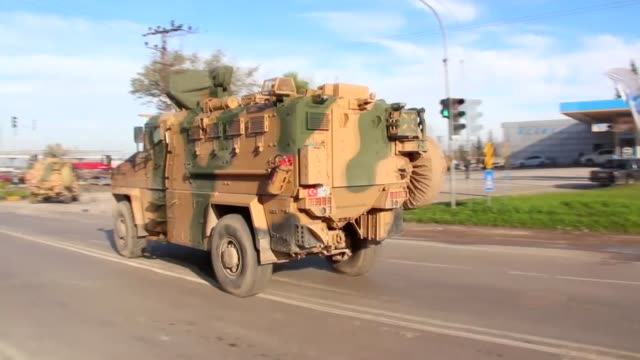 stockvideo's en b-roll-footage met military vehicles belonging to the turkish army on their way to syrian border in the southern hatay province of turkey on december 24 2018 - leger krijgsmacht