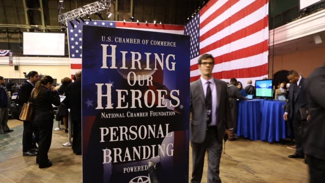 stockvideo's en b-roll-footage met military veterans meet potential employers at ?hiring our heroes? military job fair. hundreds of veterans and their spouses turned out to meet more... - military recruit