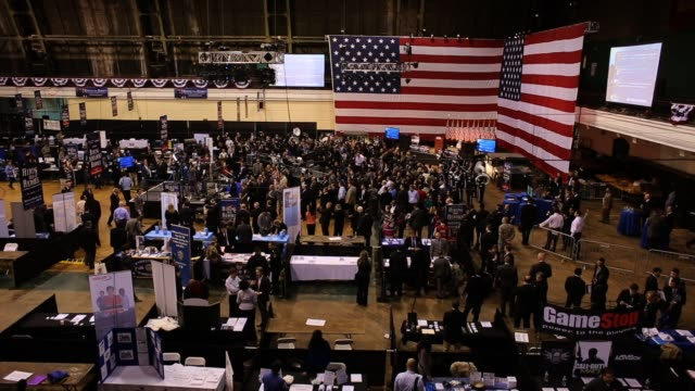 stockvideo's en b-roll-footage met military veterans meet potential employers at hiring our heroes military job fair hundreds of veterans and their spouses turned out to meet more than... - banenbeurs