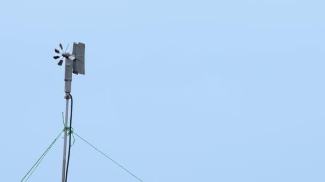 vidéos et rushes de girène de temps militaire et petite éolienne - de petite taille