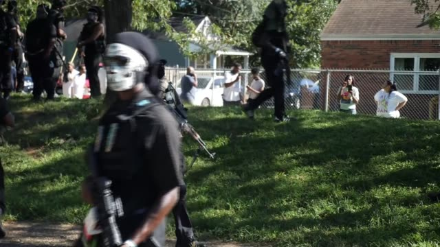 vidéos et rushes de militia groups patrol streets of louisville; 5.9.2020 usa: kentucky: louisville: ext various of large group of armed right wing militia group members... - armement