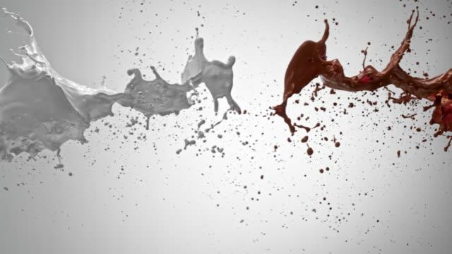 slo mo ミルクチョコレートと衝突する - みずみずしい点の映像素材/bロール
