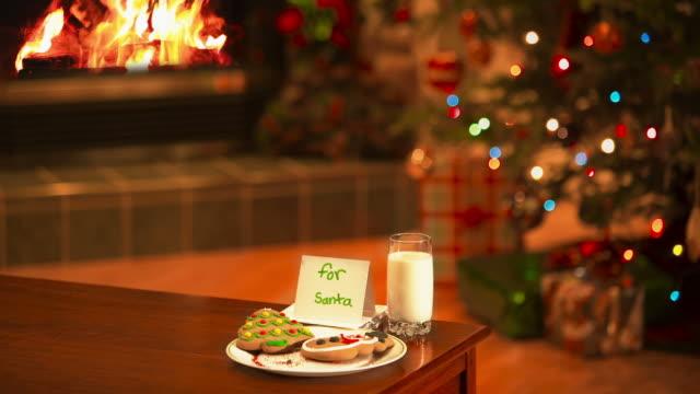 latte e biscotti per la santa - albero di natale video stock e b–roll