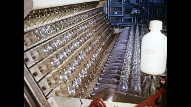 vidéos et rushes de montage milk bottling plant in india - bouteille