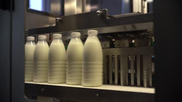 牛乳工場 - ブリーチーズ点の映像素材/bロール