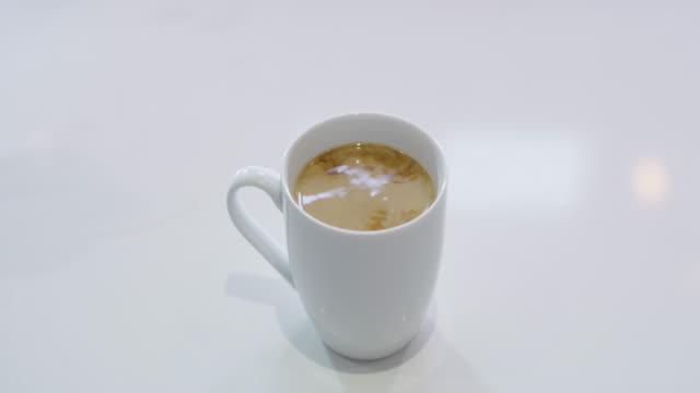 milch lässt es so viel besser schmecken - cup stock-videos und b-roll-filmmaterial