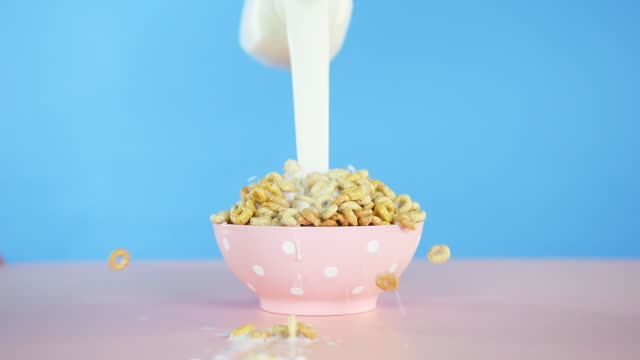 vídeos de stock, filmes e b-roll de milk pouring into cereal bowl - tigela louça