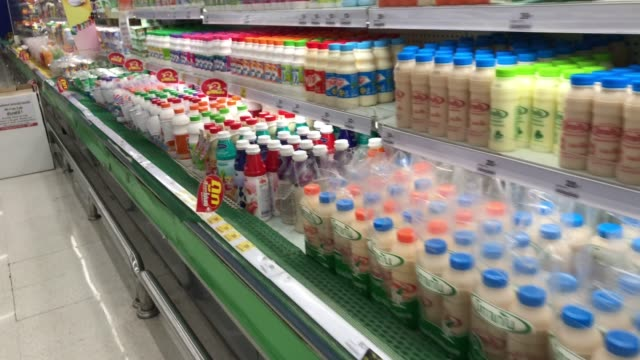 stockvideo's en b-roll-footage met melkplank in supermarkt - gevuld