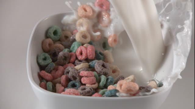 vidéos et rushes de milk splashes cereal out of a bowl. - bol et saladier