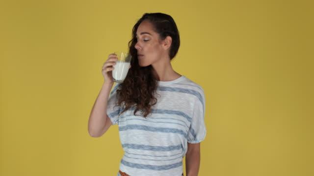 vídeos de stock, filmes e b-roll de milk - só uma mulher jovem