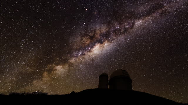milky way above la silla observatory - astronomie stock-videos und b-roll-filmmaterial