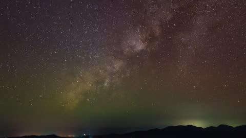 vídeos y material grabado en eventos de stock de vía láctea y silueta de las montañas, time-lapse video - campo de estrellas