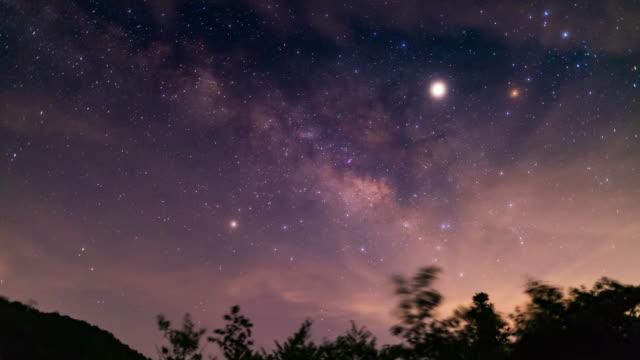 vidéos et rushes de voie lactée dans le ciel de nuit 4k dci - nébuleuse