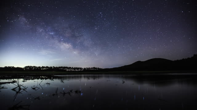vidéos et rushes de milky way is reflected on a lake in jeju island - la voie lactée