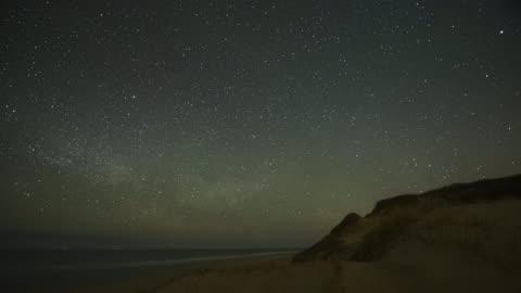 vídeos y material grabado en eventos de stock de milky way over cape cod - campo de estrellas