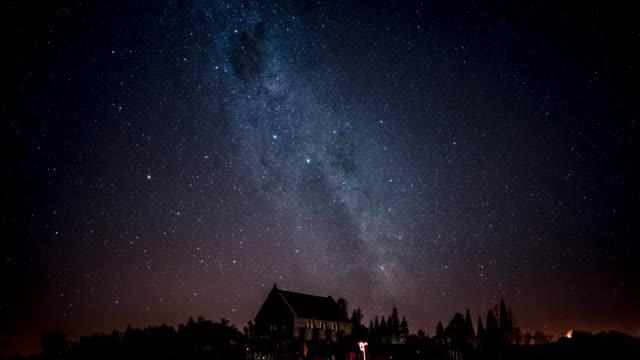 vídeos de stock, filmes e b-roll de via láctea sobre igreja - chuva de meteoros
