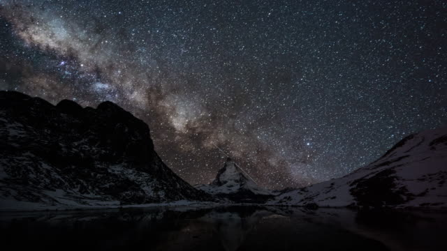 vídeos de stock e filmes b-roll de milky way over matterhorn mountain (timelapse) - via láctea