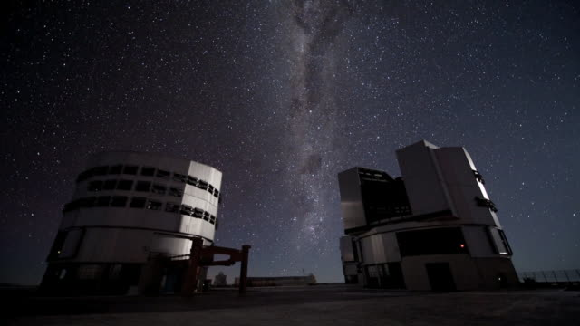 milky way over the domes of the very large telescope (vlt), timelapse video. - sternenteleskop stock-videos und b-roll-filmmaterial