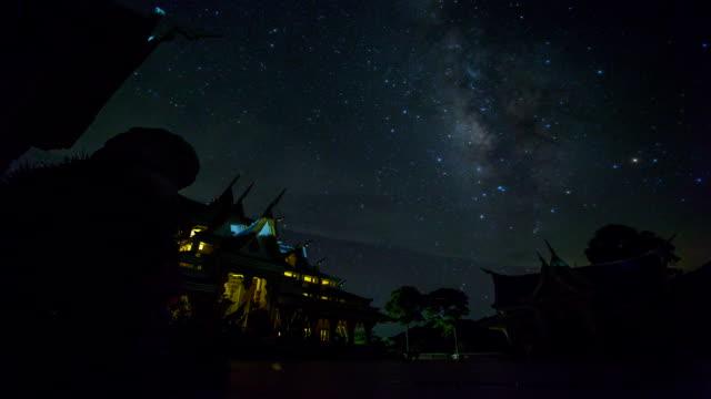 vídeos de stock e filmes b-roll de via láctea time lapse grupo de arenito pilar rocks - rasto de estrelas