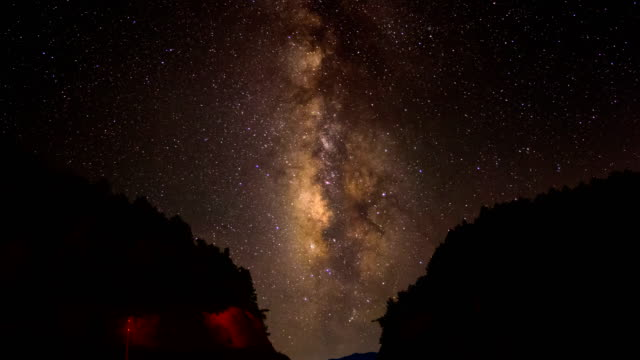 vidéos et rushes de milkyway scène dans la nuit du ciel 4 k time lapse video - canyon