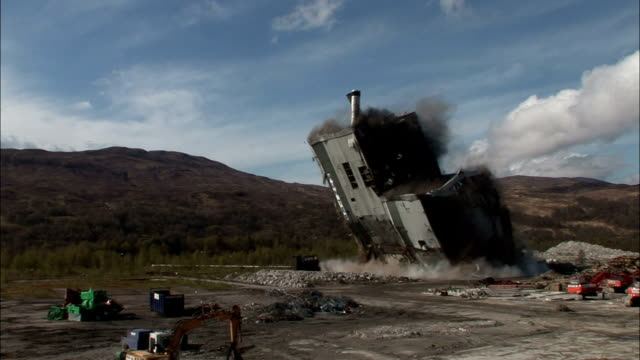 vidéos et rushes de ws mill building as it is demolished in  controlled implosion using explosives and falls creating black dust cloud / fort william, scotland, uk - imploding