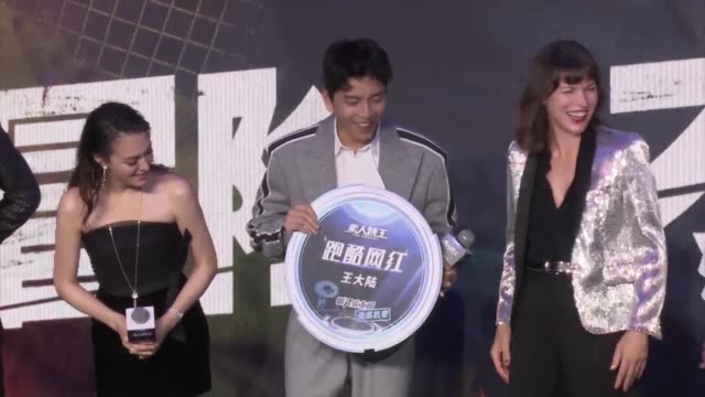 vídeos de stock, filmes e b-roll de milla jovovich and darren wang talu attend the press conference of film 'the rookies' during the 22nd shanghai international film festival on june 23... - milla jovovich