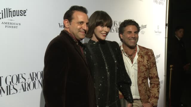 vídeos de stock, filmes e b-roll de milla jovovich seth weisser gerard maione at what goes around comes around beverly hills grand opening in los angeles ca - milla jovovich