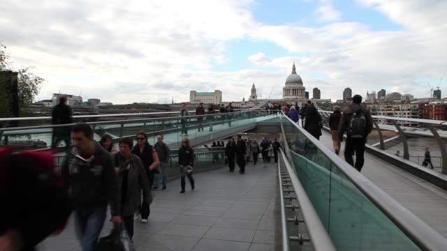 vídeos y material grabado en eventos de stock de millenium bridge, over river thames, london - el milenio
