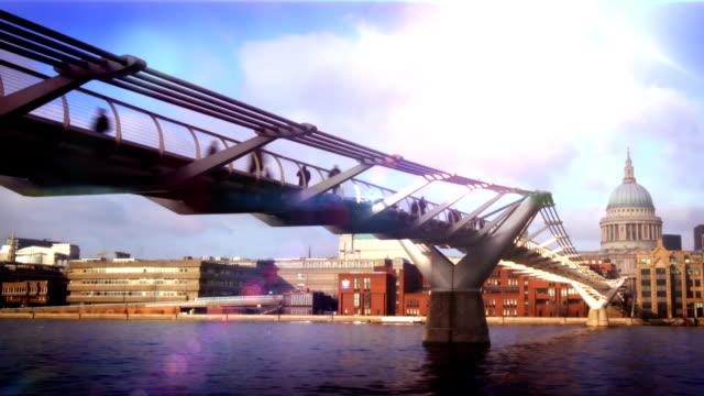 vídeos y material grabado en eventos de stock de el millenium bridge, st. paul time-lapse, de londres.  de alta definición. - puente del milenio londres