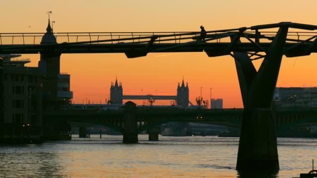 millenium bridge, thames river and tower bridge in the morning, london, england, great britain - 跳開橋点の映像素材/bロール