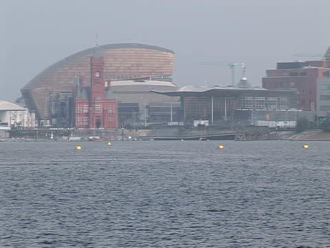 vidéos et rushes de millenium centre, view from bridge, cardiff - pays de galles