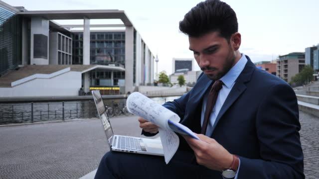 millennial geschäftsmann arbeitet spät - multitasking stock-videos und b-roll-filmmaterial
